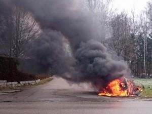 Fahrzeugbrand nach Verkehrsunfall mit Stromkasten